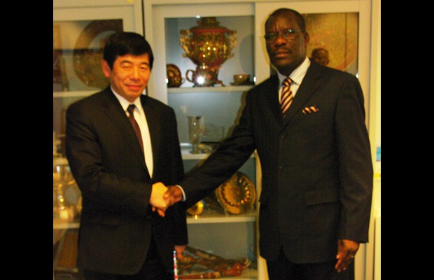 The Secretary General of the WCO, Kunio Mikuriya, welcomes the head of the high-level delegation from the Central African Economic and Monetary Community (CEMAC), Commissioner Pascal Youbi-Lagha in charge of the CEMAC Common Market