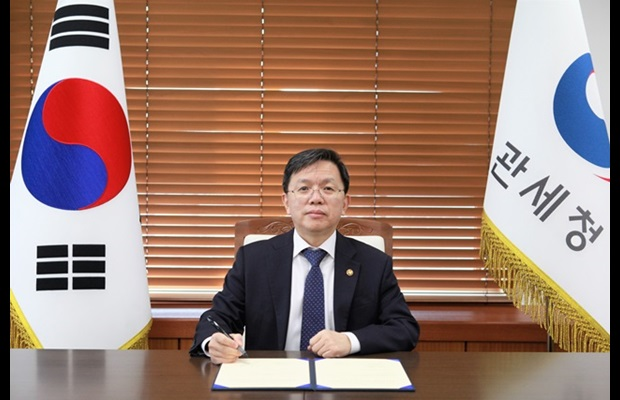Mr. Suk-Hwan Roh, Commissioner, Korea Customs Service (KCS), during the signing process of the MoU on establishing the WCO RDTC in Incheon, Republic of Korea