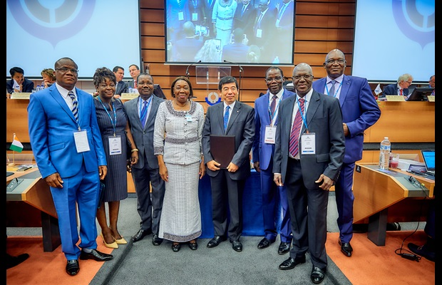 H.E. Mrs. Jacqueline Marie Zaba Nikiéma, Ambassador of Burkina Faso in Brussels surrounded by WCO Secretary General Kunio Mikuriya, the Director General of Burkina Faso Customs and a large Customs delegation