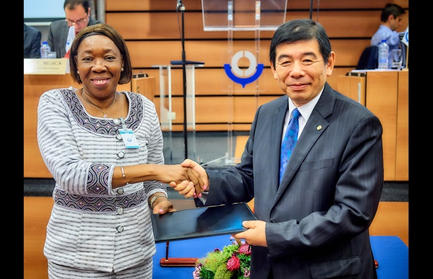 H.E. Mrs. Jacqueline Marie Zaba Nikiéma, Ambassador of Burkina Faso in Brussels, depositing her country's instrument of accession to the RKC with WCO Secretary General Kunio Mikuriya