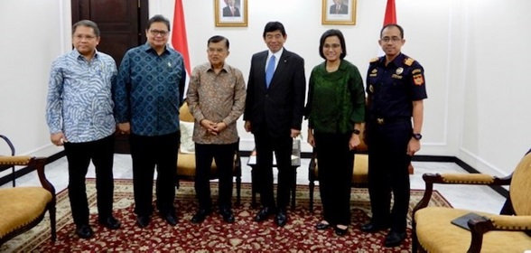 From right to left, Director General of Customs Mr. Heru Pambudi, Minister of Finance Sri Mulyani, WCO Secretary General Dr. Kunio Mikuriya, Vice-President of the Republic of Indonesia H.E. Jusuf Kalla, Minister of Industry Mr. Airlangga Hartarto, and Minister of Communication and Information Technology Mr. Rudiantara