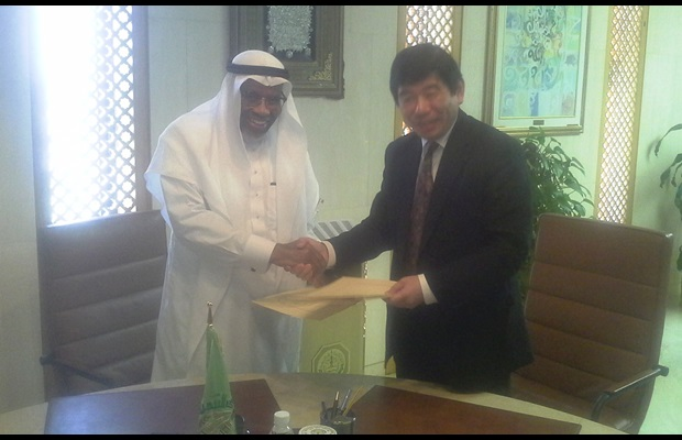 President Dr. Ahmad Mohamed Ali of the Islamic Development Bank (IsDB) welcomes Secretary General Kunio Mikuriya of the WCO to the bank's headquarters