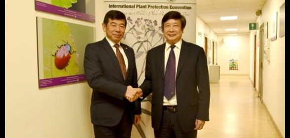 Mr. Kunio Mikuriya, WCO Secretary General, and Mr. Jingyuan Xia, Secretary to the International Plant Protection Convention (IPPC)