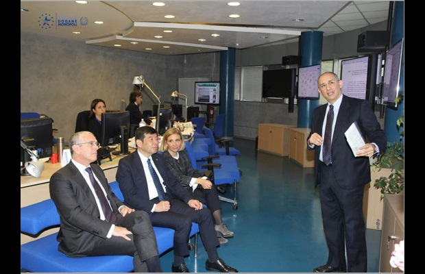 Dr. Mikuriya was first briefed by Director General Mineo on the activities carried out by the Italian Customs Intelligence Center, such as the fight against under-invoicing using information technology and data analysis tools (copyright: Italian Customs and Monopolies Agency)