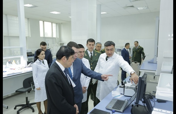 WCO Secretary General Mikuriya during the visit of the Customs laboratory