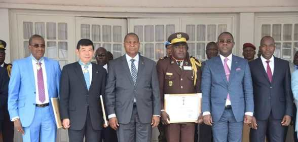 During a special ceremony, H.E. Mr. Faustin Archange Touadera, President of the Central African Republic, decorated Dr. Mikuriya with a medal and the distinction of Commander of the National Order of Merit of the Central African Republic.  This decoration was also awarded to WCO Vice-Chair of the region, Mr. Sangaré, and to Director General of Customs of the Central African Republic, Mr. Inamo.