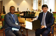 Kunio Mikuriya, Secretary General of the WCO, and the Deputy Director General of Gabon Customs, Pastor Ngoua N'neme, after the accession by Gabon to the Revised Kyoto Convention.