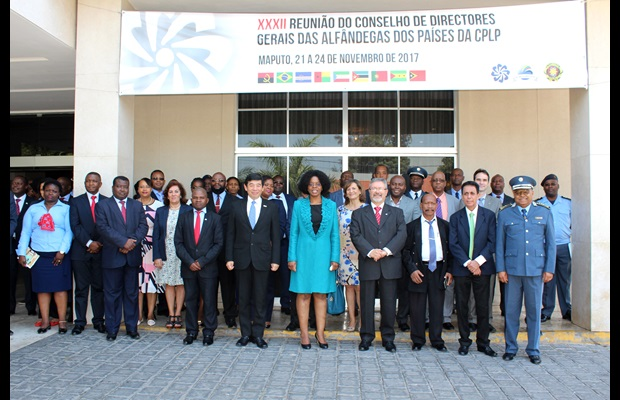 [In the centre, from left to right] WCO Secretary General Kunio Mikuriya, President of the Mozambique Revenue Authority Amelia Nakhare, and Secretary General of the Conference Francisco Curinha