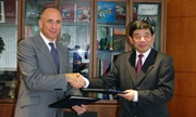 Steven Broad, TRAFFIC's Executive Director (left) and Kunio Mikuriya, Secretary General of the World Customs Organization signing the MOU between the two organizations © WCO