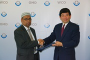 Kunio Mikuriya, Secretary General of the WCO, and the Chairman of the National Board of Revenue, Dr. Nasir Uddin Ahmad, shake hands after the accession by Bangladesh to the Revised Kyoto Convention.