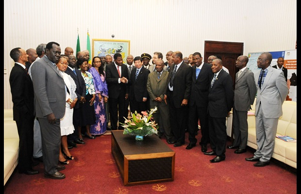 The WCO Secretary General, Kunio Mikuriya, shakes hands with the President of the Republic of Benin, Dr. Boni Yayi, in the presence of the African Union Commissioner for Trade and Industry, Mrs. Fatima Haram Acyl, and Directors General of Customs at the 5th African Union Sub-Committee Meeting in Cotonou, Benin